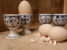 Set van 4 stuks antieke eierdopjes op een voetje Blau Saks