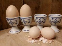 Set van 4 eierdoppen op een voetje Blau Saks antiek