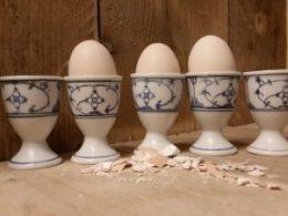 Set van 5 antieke eierdoppen Blau Saks op een voetje