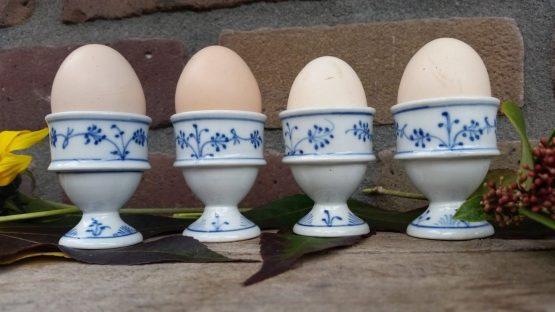 Antieke eierdopjes op voetje Blauw saks