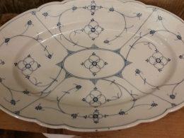 Grote antieke blau saks geschulpte serveerschaal