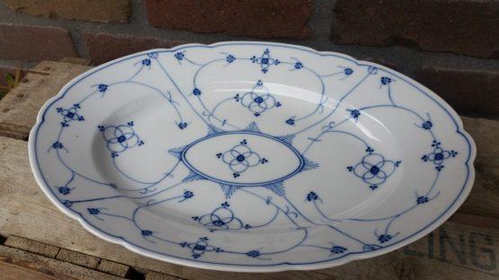 Prachtige antieke serveerschaal blauw saks geschulpt  ovaal groot model