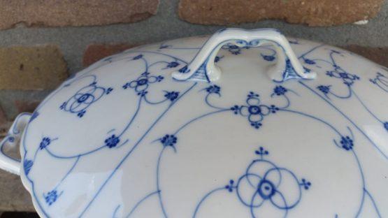 Antieke blauw saks soepterrine geschulpt