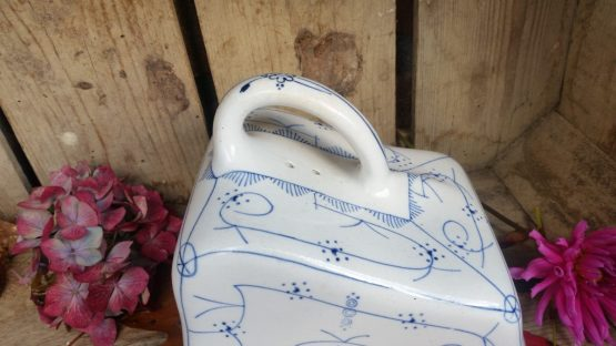 Blauw saks aardewerk kaasdeksel Boch? Societe Ceramique?