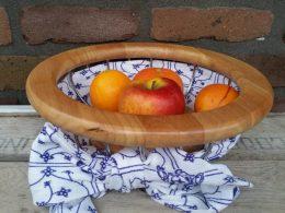Houten fruitschaal met blauw saks motief  stof erin