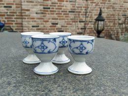 Antieke eierdopjes op voetje blauw saks ( prijs is per stuk )