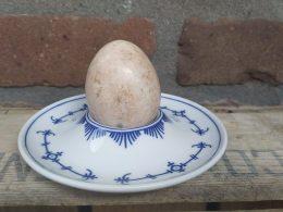 Blauw saks eierdopje op schotel
