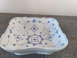 Blauw saks antieke geschulpte vierkante schaal